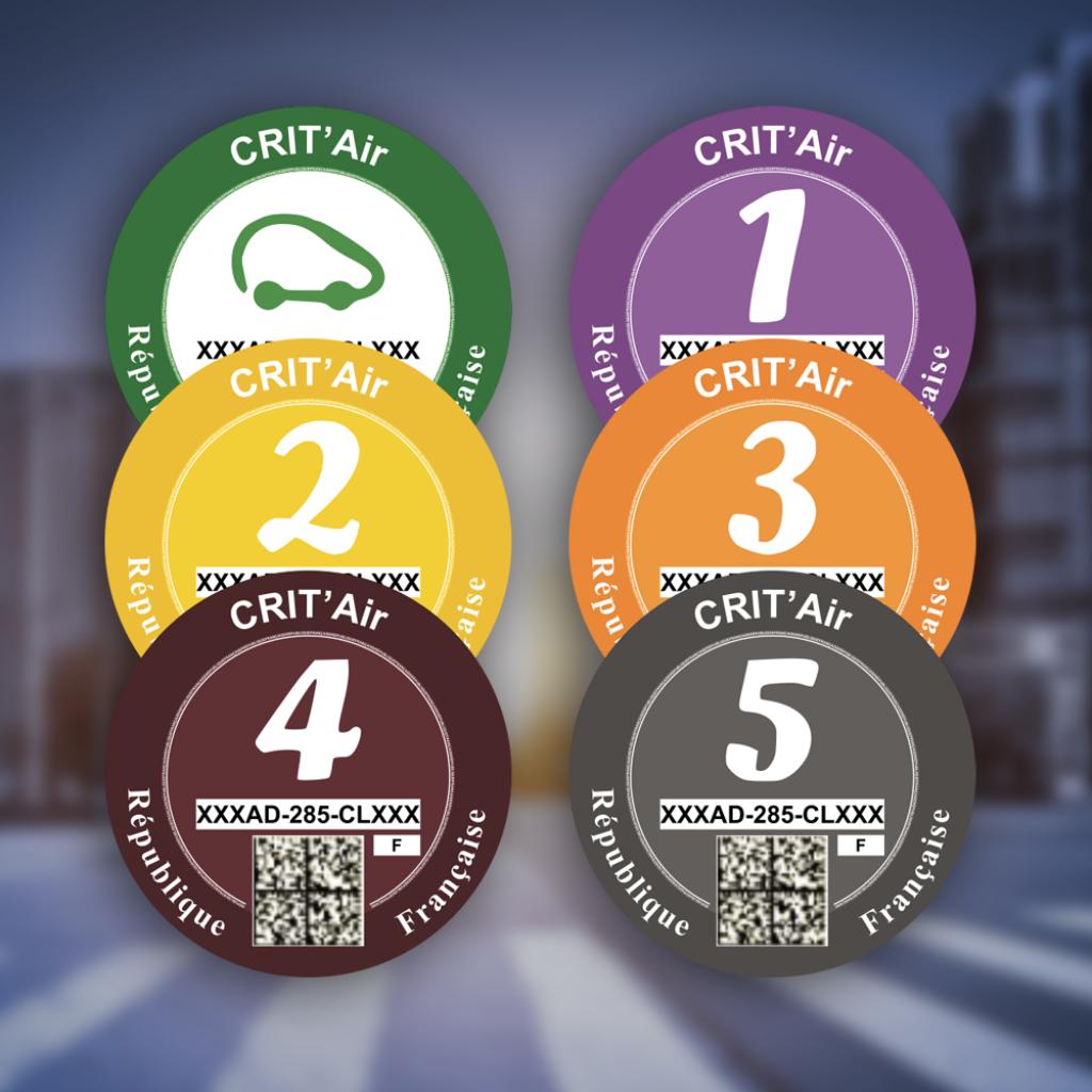 Illustration des vignettes Crit'air. Six macarons différents en fonctions du niveau de pollution du véhicule.