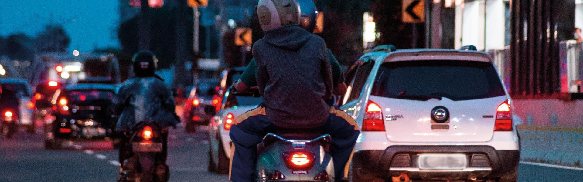 Interdiction de circuler entre les files de voitures, les motards manifestent